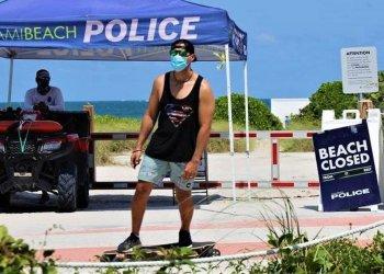 Pese a la reapertura de los servicios en el sur de Florida, la diversión más popular, las playas, todavía sigue vedada. Foto: EFE.