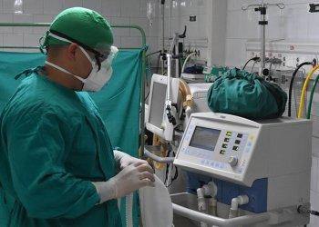 """Sala de atención a pacientes ingresados por la Covid-19 en el hospital hospital Comandante Manuel """"Piti"""" Fajardo, de Santa Clara, Cuba. Foto: Vanguardia."""