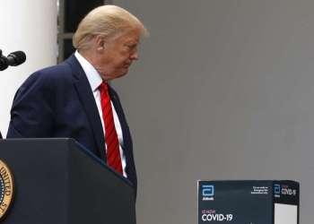 El presidente Trump abandona una sesión sobre el coronavirus en el Jardín de las Rosas de la Casa Blanca, el lunes 11 de mayo de 2020. Foto: Alex Brandon/AP.