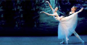 Elisa Carrillo bailando con acompañante