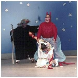 ¡Pero a ésta niña también se la lleva la ... trompada! Carlos Jug como el Ermitaño, Martha Hernández Drewien como el Diablo y Sara Campa pastorcita en la Pastorela Mexicana de Miguel Sabido. Tepic, Nayarit 1989