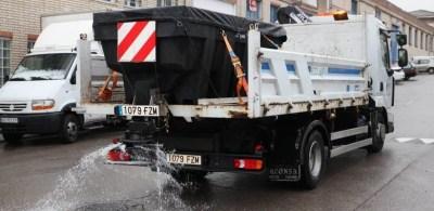 El Ayuntamiento esparce sal para paliar las heladas de estos días
