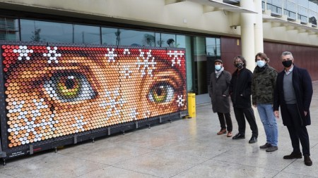 El mural elaborado con latas recicladas ya luce en la plaza de la Constitución