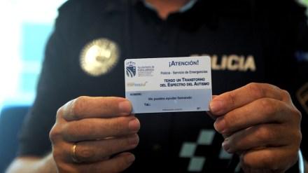 La Policía Local entrega tarjetas de emergencia para personas con autismo