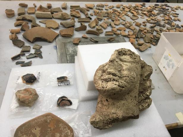 Reperti dallo scavo al Tempio della Pace.jpg
