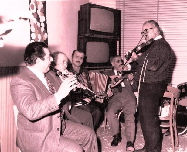 Augusto Accinni (fisarmonica) con Nicola Milano ed altri suonatori. Circolo Unione-Moliterno (Foto Archivio Accinni).jpg