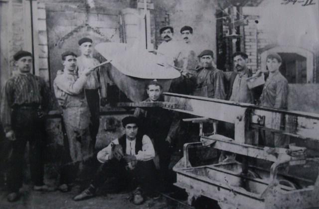 Trabajadores de FASA (Fundiciones de Alsasua) alrededor de una bañera, uno de los productos emblemáticos de la empresa, en una imagen de archivo.