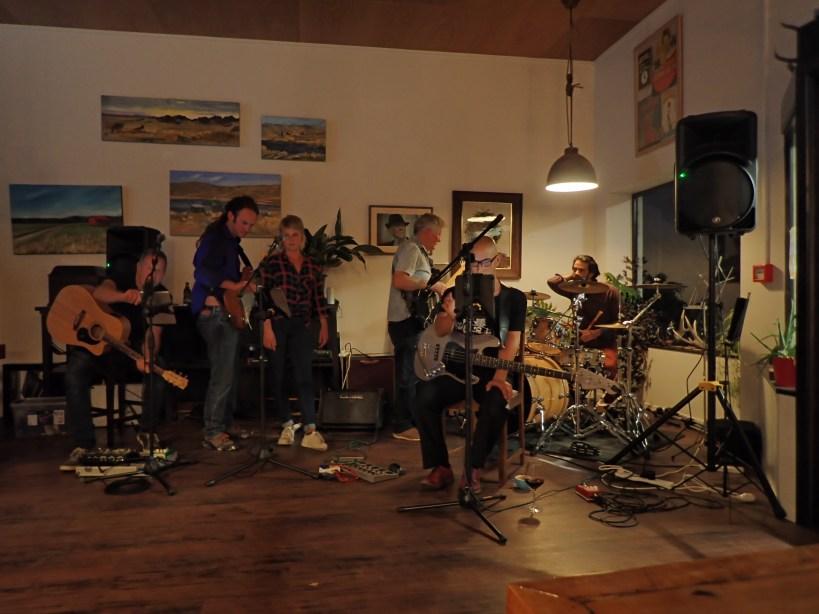 groupe de musique dans un café