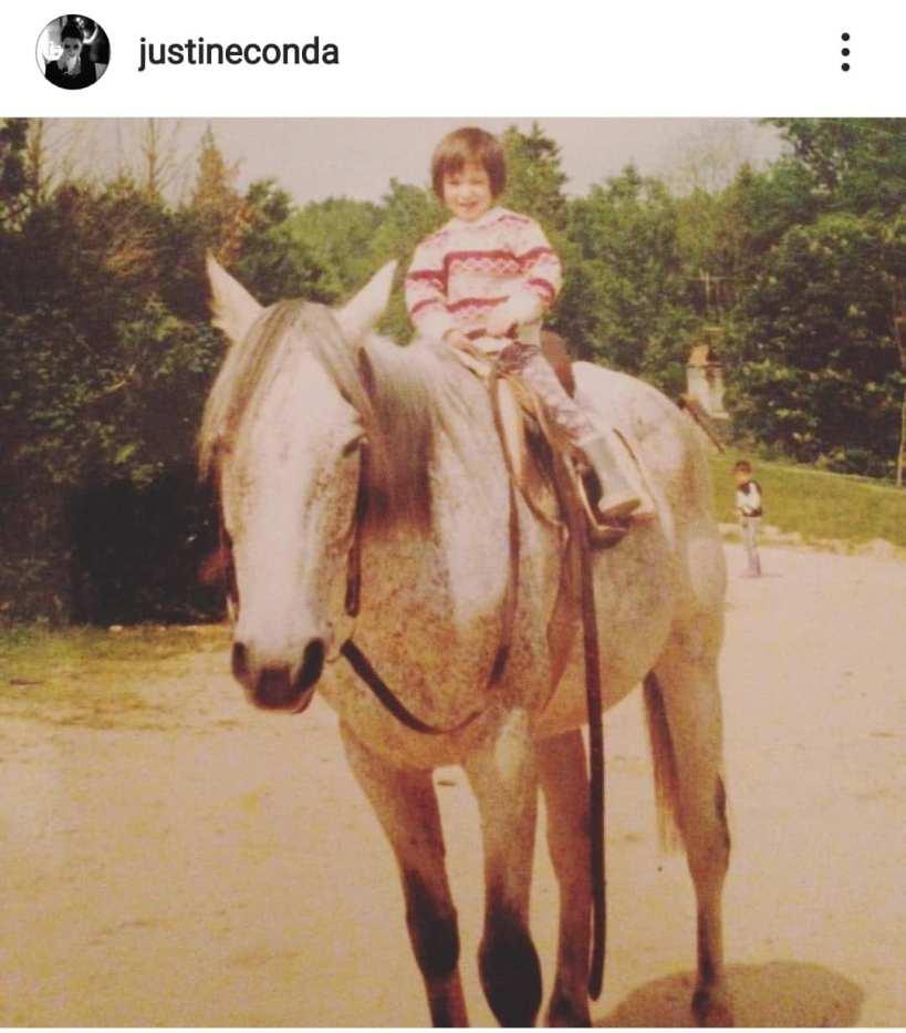 enfant sur le dos d'un cheval