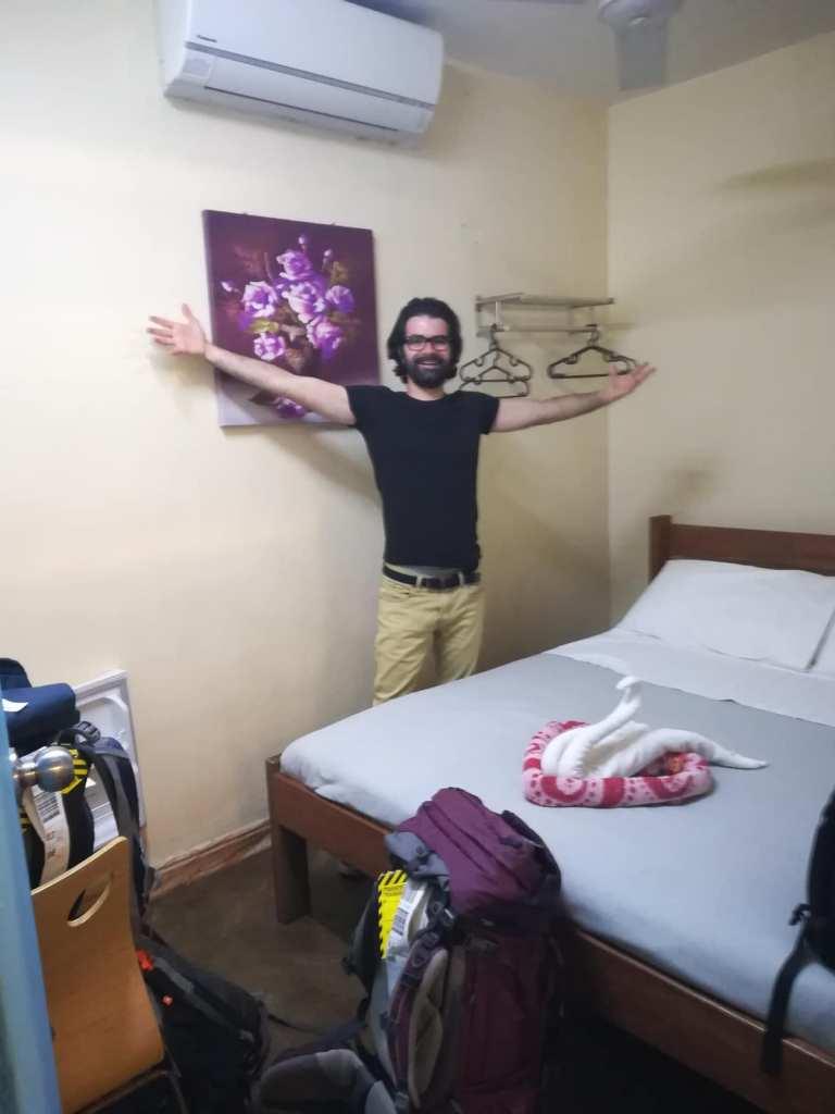 homme montrant la chambre de l'hôtel au vanuatu