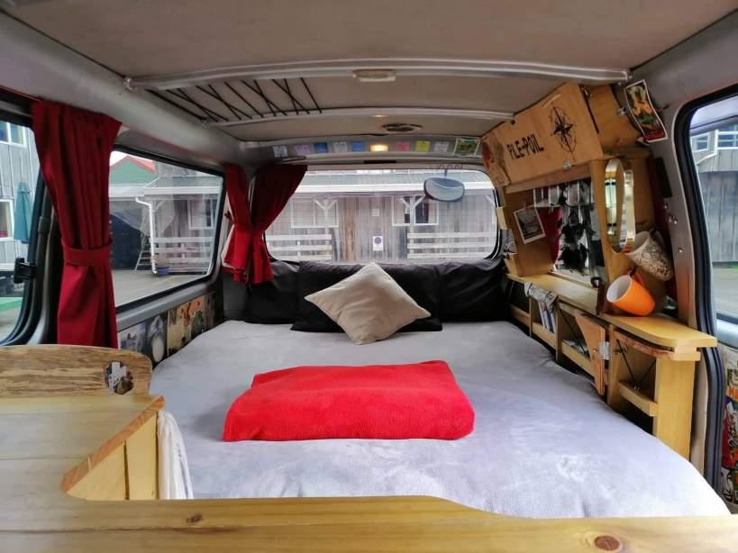 lit dans un van aménagé en nouvelle-zelande
