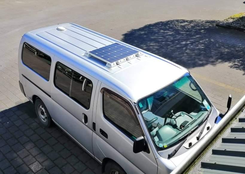 panneau solaire sur le toit d'un van