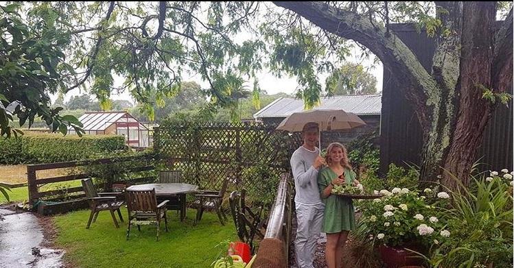couple dans un jardin fleuri