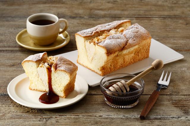 焦がし蜂蜜を使ったパウンドケーキ。別添ソース付きなのでたっぷりかけたりお好みの味にして食べられます。