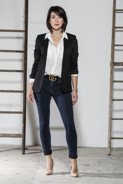 Blazer manches retroussé + chemise en soie blanche + jean brut + escarpins nude