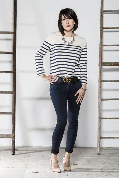 Tenue composée de basiques: une marinière + un jean brut + des escarpins nudes Accessoirisés d'un collier plastron et d'une ceinture Gucci