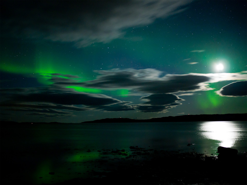 https://i1.wp.com/onebigphoto.com/uploads/2011/10/aurora-moon-reflection.jpg