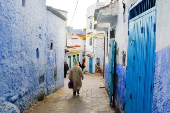 chefchaouen_people_walking_through_medina_mini