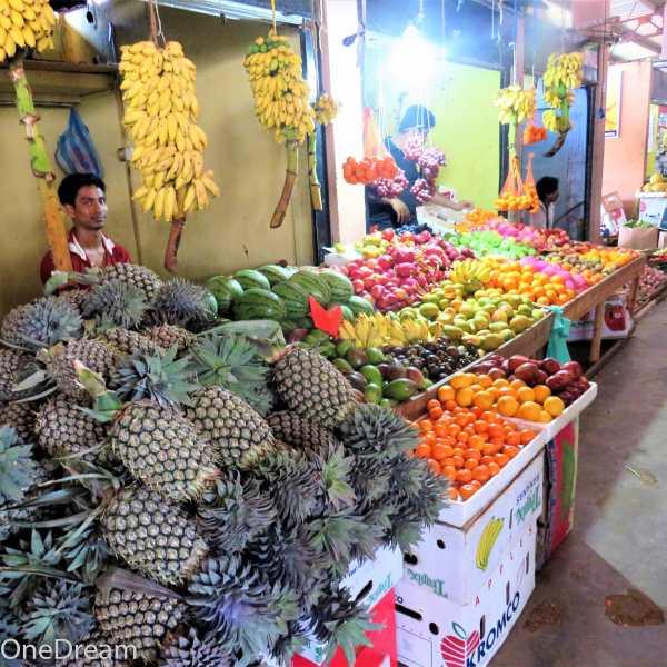sri-lanka-trincomalee-market-pineapple