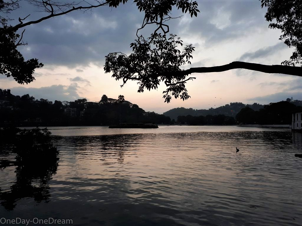 kandy-lake-night