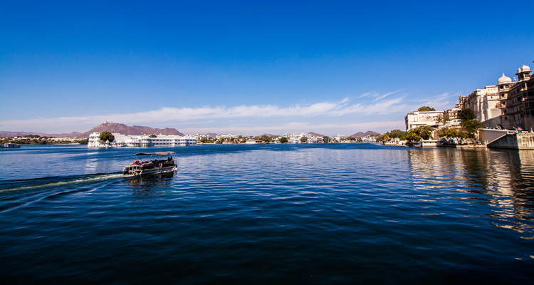 One Day Udaipur Local Sightseeing Trip by Car with Lake Pichola