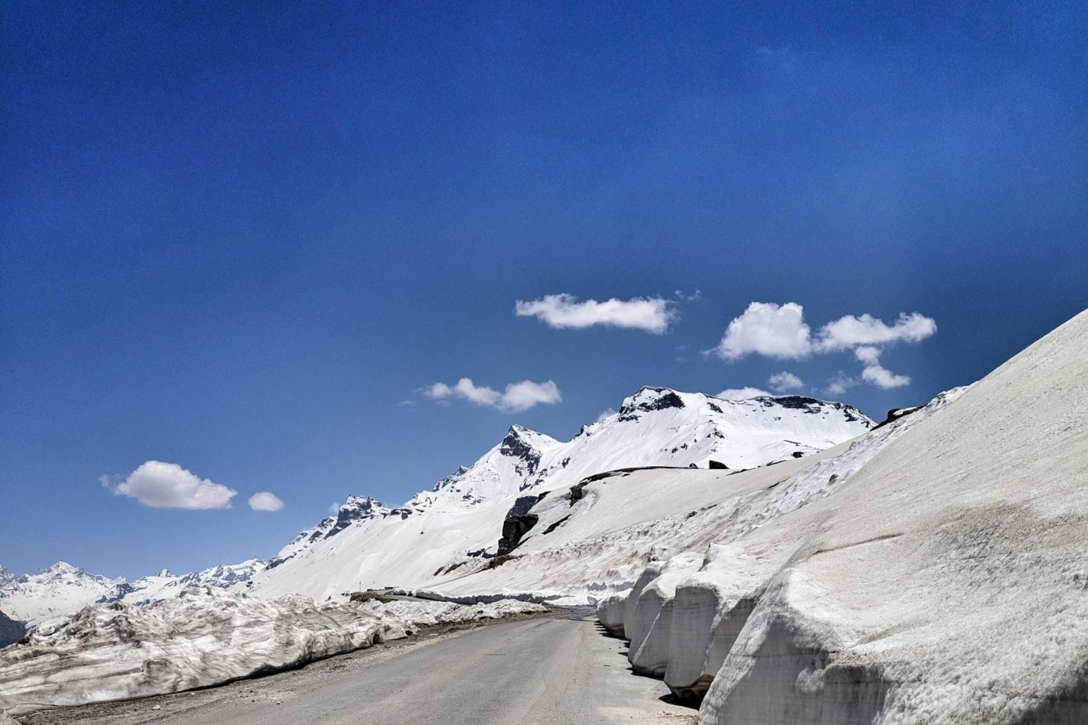 One Day Manali to Rohtang Pass Trip by Cab