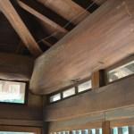旧内田家住宅:天窓の高さを、梁にあわせて調整している。
