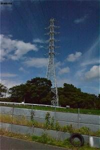 送電塔がまたいでいる森は東方公園