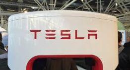 Nueva actualización para los autos de Tesla permite estacionarse y salir del garaje de forma autónoma