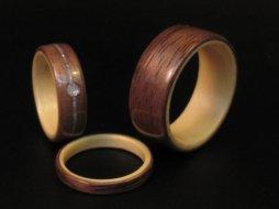 Diófa gyűrű juhar belsőrésszel , Walnut with Maple interior bentwood wedding band Forrás:http://www.etsy.com