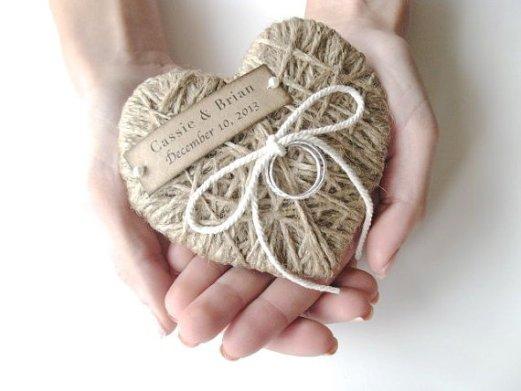 Wedding ring bearer pillow alternatives Forrás:http://www.etsy.com