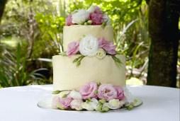 Liziantusszal díszített menyasszonyi torta / Wedding cake with lisianthus Forrás: http://www.firstfoo.com