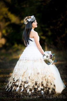 Pávatoll menyasszonyi ruha , Peacock feather wedding gown Forrás:http://www.etsy.com