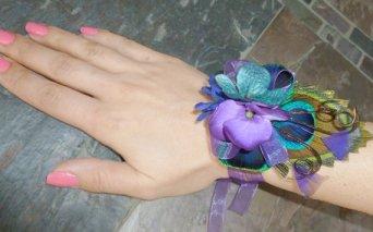 Pávatollas csuklódísz, Peacock wrist corsage Forrás:http://www.etsy.com