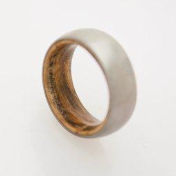 Titánium gyűrű fa belsőrésszel , Titanium wedding band with inner wood comfort fit Forrás:http://www.etsy.com