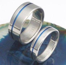 Titánium gyűrű kék csíkkal , Thin blue line Titanium nwedding band Forrás:http://www.etsy.com