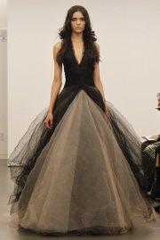 Vera Wang fekete menyasszonyi ruha, , Black Wedding Gown by Vera Wang Forrás:http://inspiringwedding.com