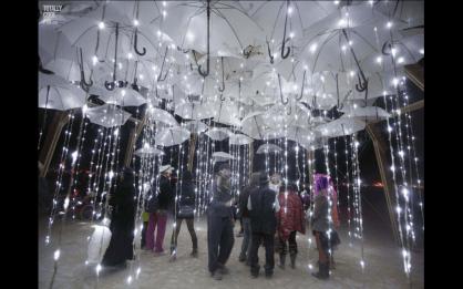 Csináld magad esernyő és ledégő dekoráció , DIY umbrella and led lights decor idea Forrás:http://pinkdeb.com/