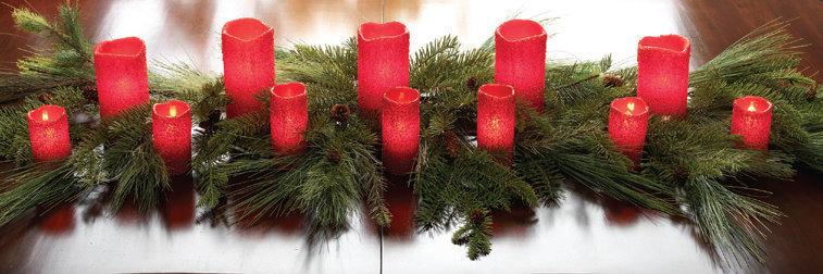 Karácsonyi fenyő és gyertya dekoráció , Christmas pine garland beaded red candle decoration Forrás:http://www.trendytree.com