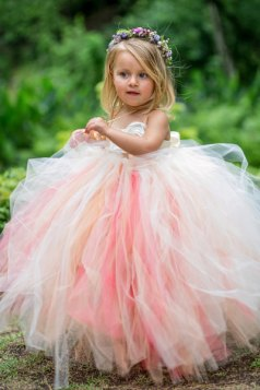Rózsaszín tütü virágszirom szóró lányka ruha ,Pink tutu flower girl dress Forrás:http://www.etsy.com/