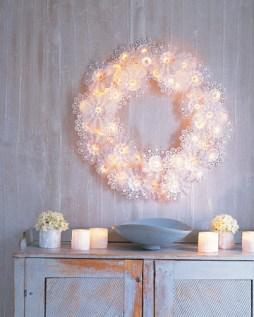 Tortacsipkés égőfüzér koszorú esküvői dekoráció , Doily and christmas lights wreath wedding decoration Forrás:http://www.marthastewart.com