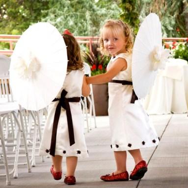 Virágszirom szóró lányka ernyő , Flower girl parasols Forrás.http://www.pamelasparasols.com/