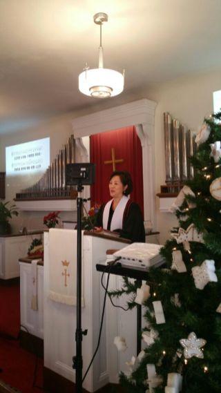 성탄 메시지를 전하시는 목사님
