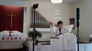 온성도를 축복하시는 목사님의 축도