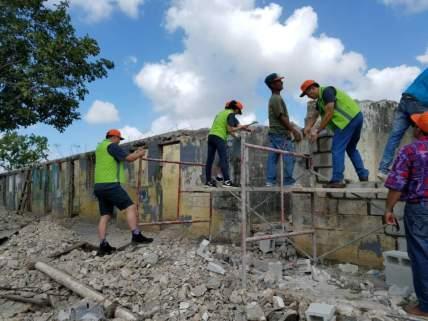 집을 짓는 선교팀들..