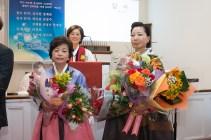 꽃다발을 받은 권사님들