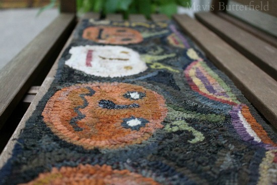 primitive-hooked-pumpkin-rug-table-runner