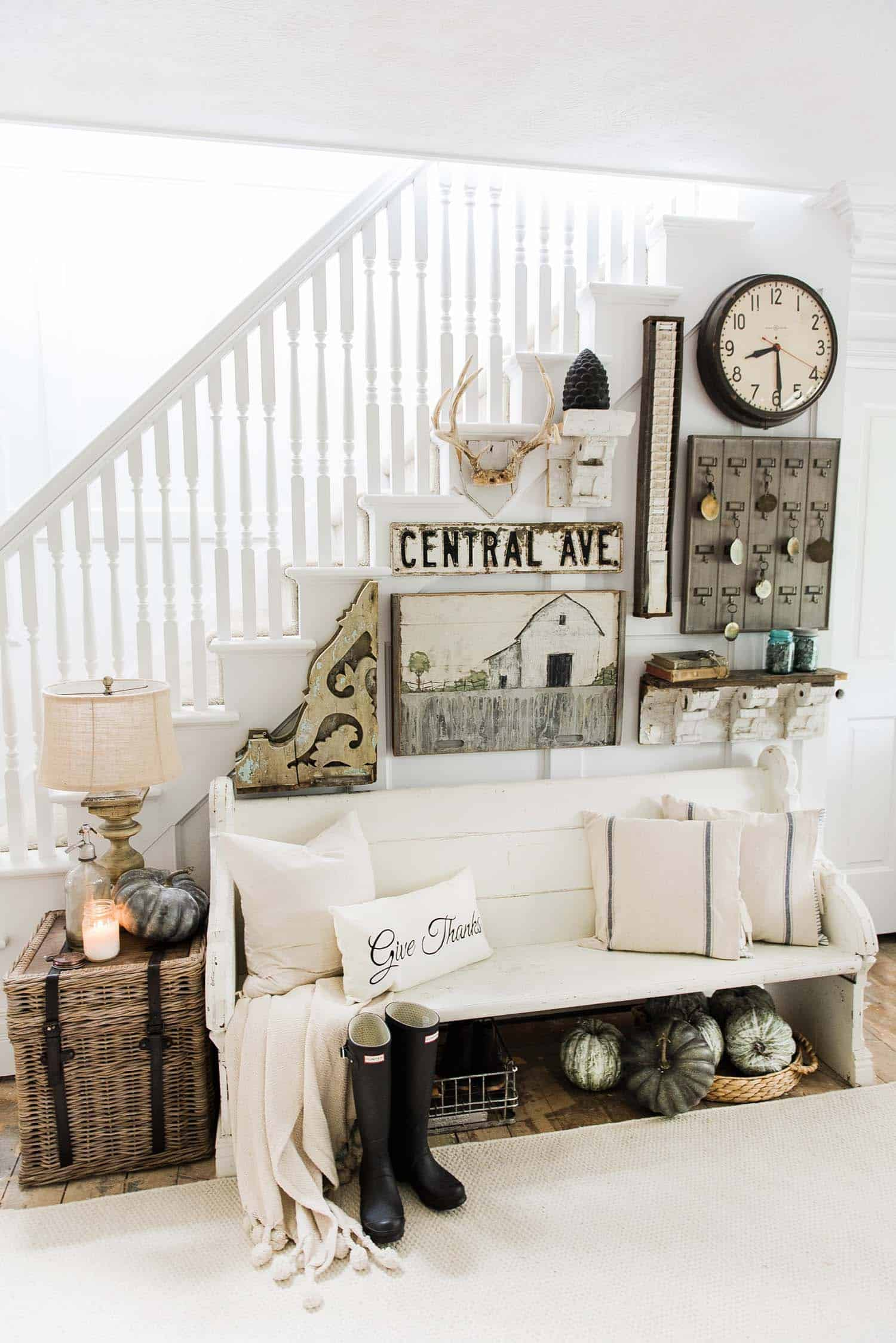 28 Welcoming Fall Inspired Entryway Decorating Ideas