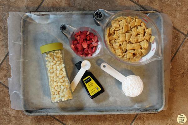 Strawberry lemonade chex mix muddy buddies - 5 ingredients