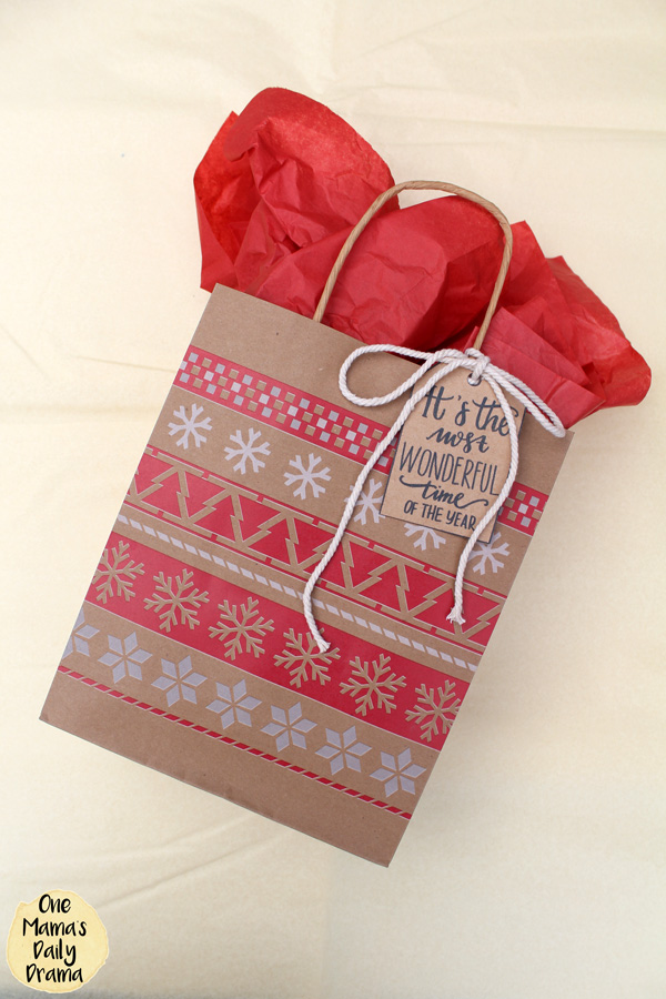 Christmas gift ideas with free printables / Nordic style brown paper bag with cotton cord and printable gift tags